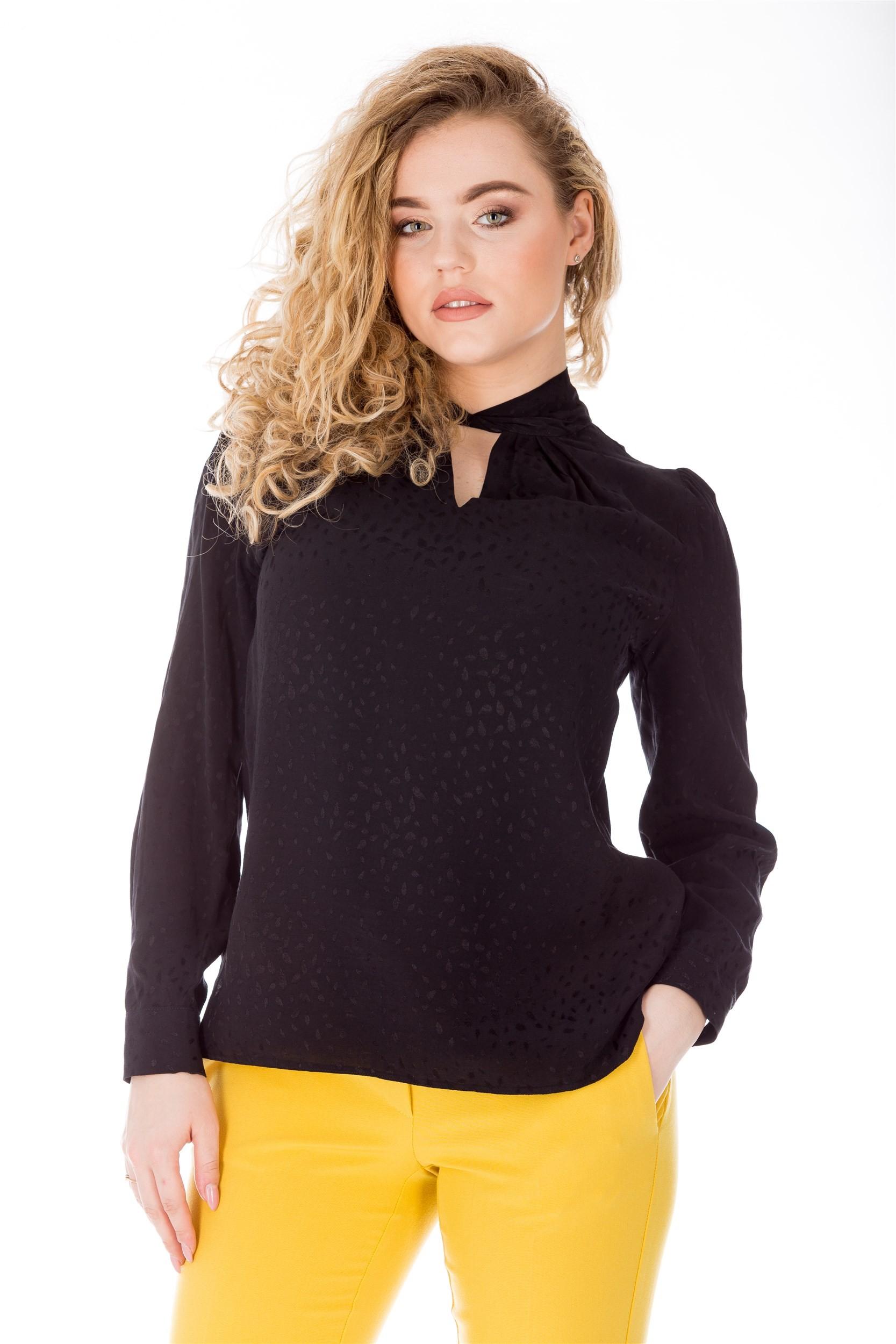 Bluza neagra scurta cu guler rasucit